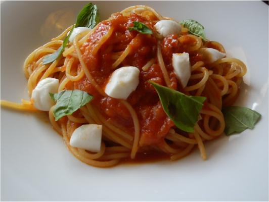 チーズとバジルのトマトソースパスタ