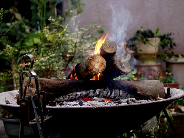 薪で焚き火