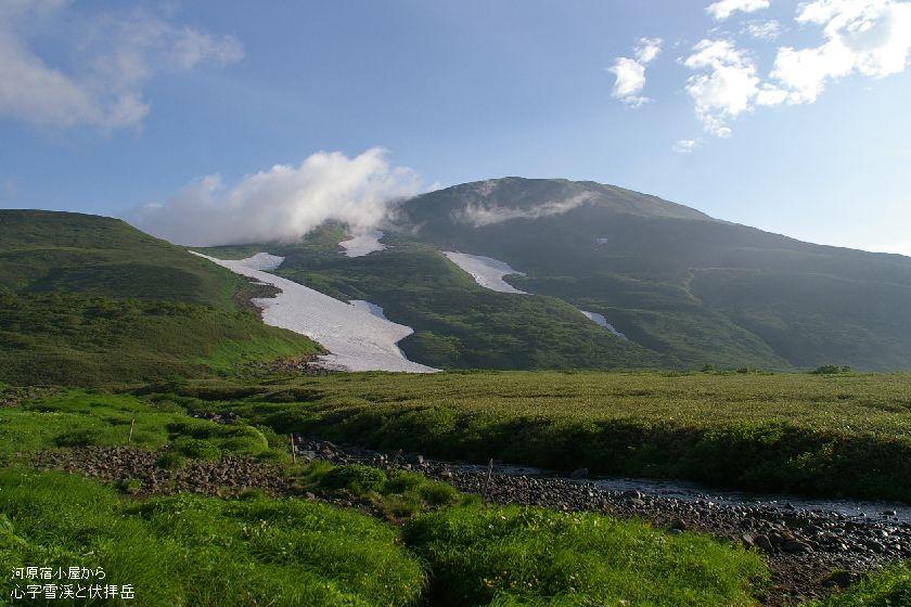 河原宿小屋から心字雪渓と伏拝岳