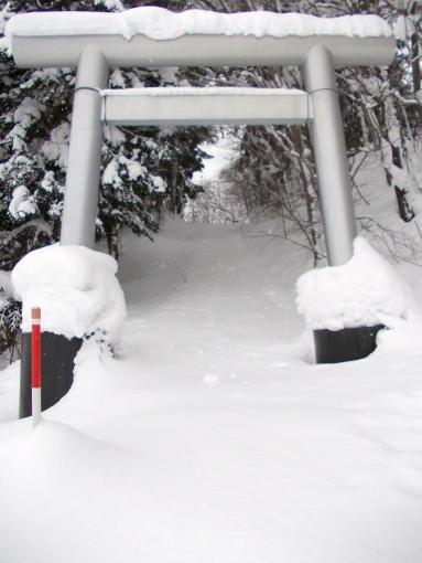 20121230_除雪前の鳥居