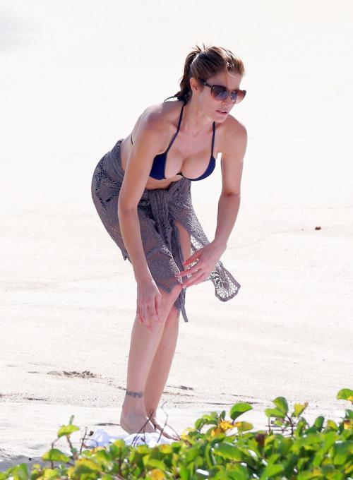 Stephanie_Seymour_bikini_candids_in_St_Barths_122212_08.jpg