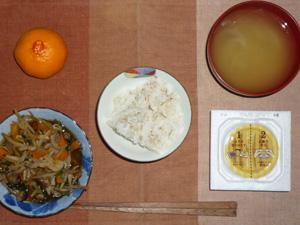 納豆ご飯,ニラともやしときのこの炒め物,玉ねぎのおみそ汁,みかん