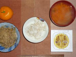 胚芽押麦入りご飯,納豆,もやしとひき肉のにんにく醤油炒め,人参のおみそ汁,みかん