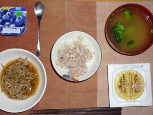 胚芽押麦入りご飯,納豆,もやしとひき肉の生姜醤油炒め,ブロッコリーのおみそ汁,ヨーグルト
