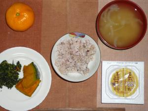 胚芽押麦入り五穀米,納豆,ほうれん草の胡麻和え,カボチャの煮つけ,玉ねぎのおみそ汁,みかん