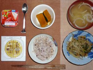 胚芽押麦入り五穀米,納豆,にらともやしの蒸し炒め,カボチャの煮つけ,玉ねぎのおみそ汁,ヨーグルト