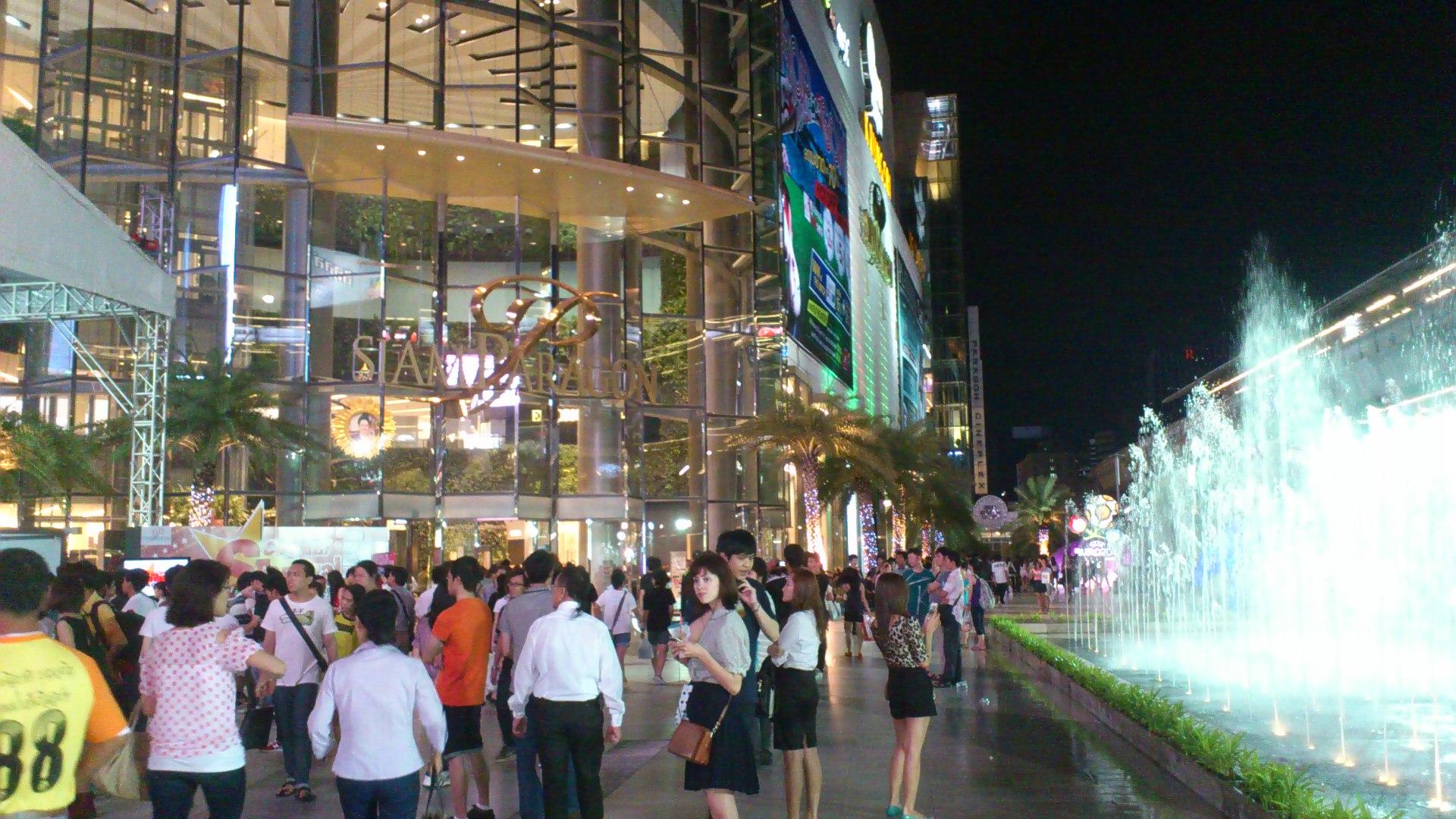 サイアムパラゴン前の広場 噴水 2012年5月26日 19時39