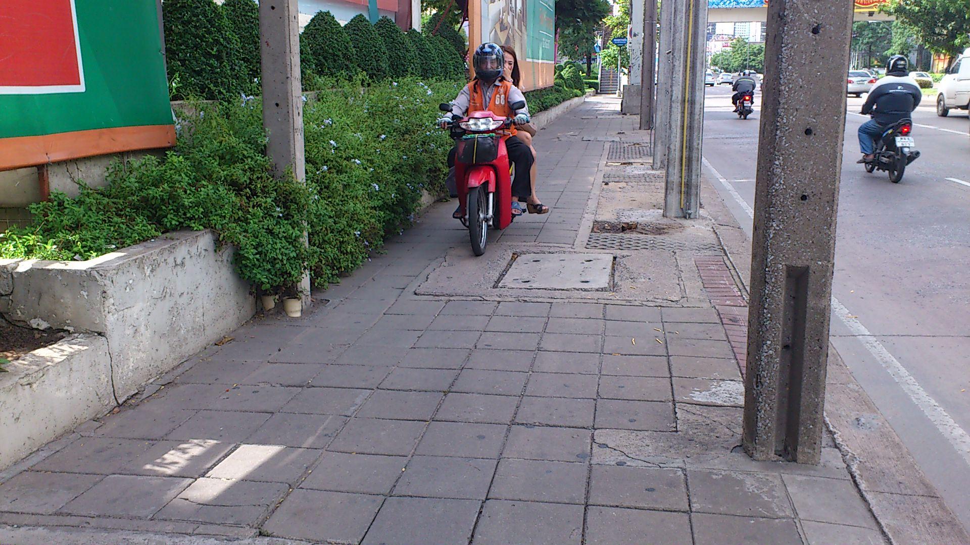歩道 バイク1