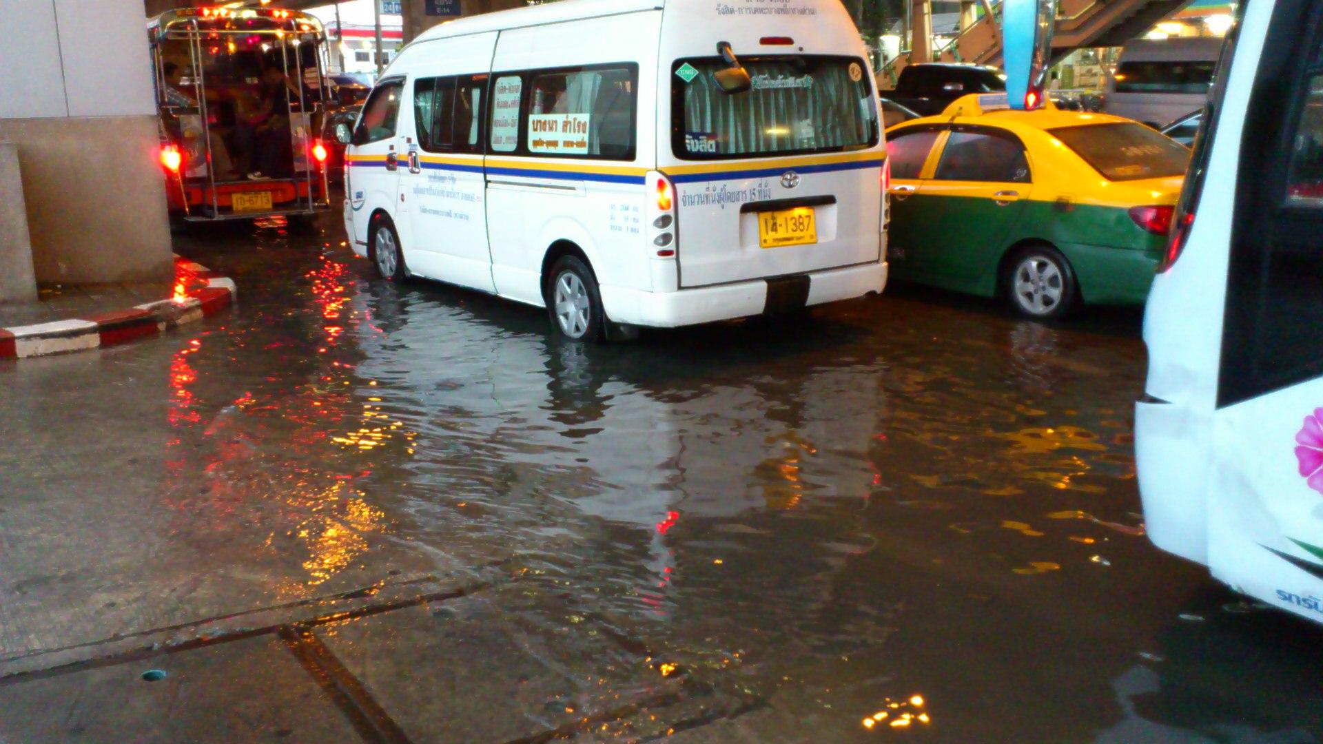 道路に水たまり ベーリン