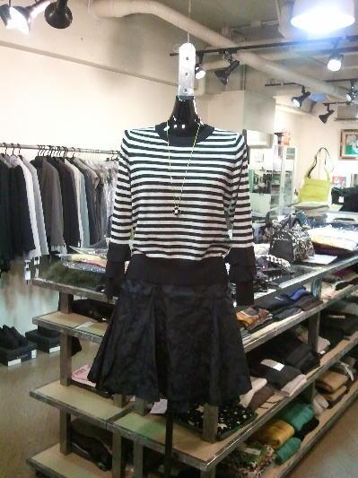 イリゼの黒迷彩のスカートとボーダーの可愛いニット