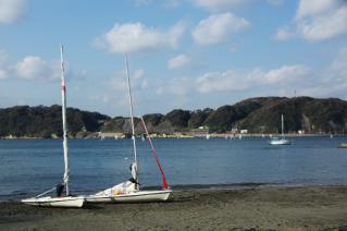 浦賀道(戸塚):鐙摺・浜辺のヨット