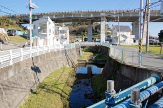 浦賀道(戸塚):不動橋より下山川上流を望む