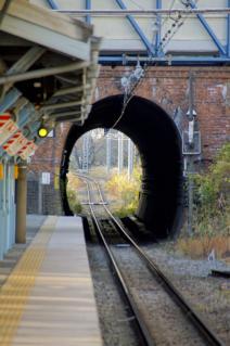 JR横須賀線・田浦隧道の先を見通す
