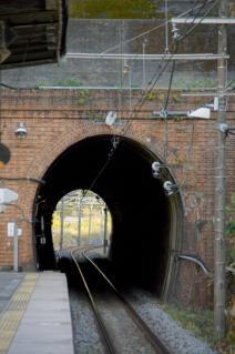 JR横須賀線・七釜隧道の先を見通す