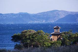 浦賀:坂の上から燈明台を望む