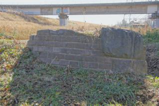 旧東海道:高水敷に残る旧馬入川橋梁橋脚上り線-1