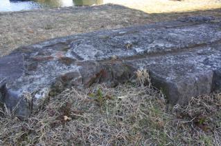 旧東海道:高水敷に残る旧馬入川橋梁橋脚断面-2