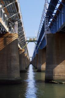 旧東海道:東海道線馬入川橋梁を橋脚の間から見る
