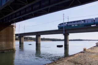 旧東海道:馬入川橋梁を行くスーパービュー踊り子