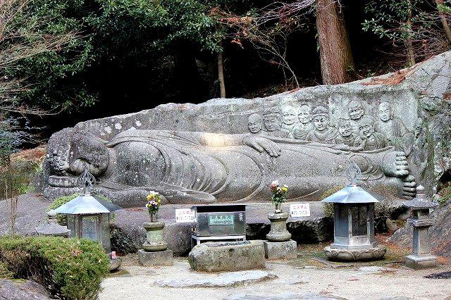 八面山の涅槃像