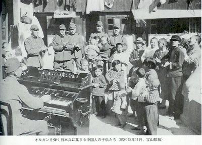 オルガンを弾く日本兵