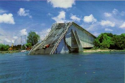 崩落したパラオの橋