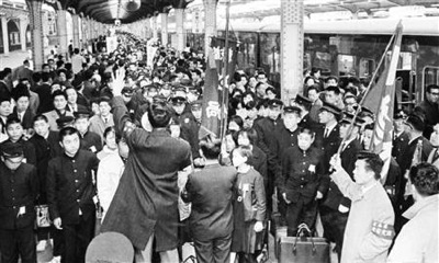 上野駅に到着した集団就職の学生たち