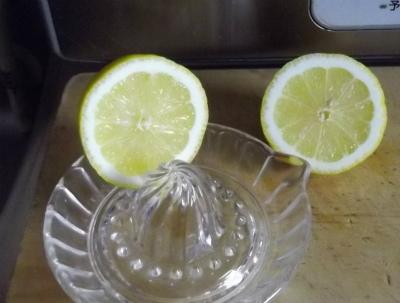 レモンを絞って加えます