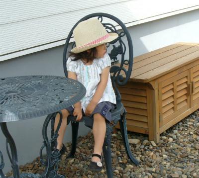 ガーデンパラソルの日陰で