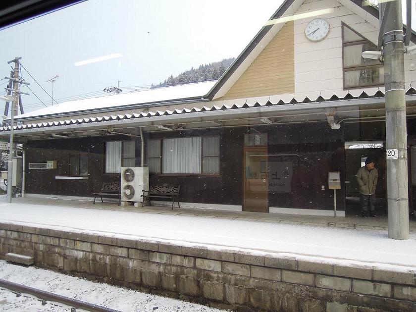 DSCN3585雪降る駅