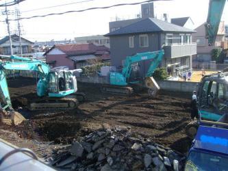 5m道路を挟み3階建て鉄筋コンクリートアパートが解体されほぼ更地になりました~なんと!ユンボ3台!2013.02.23