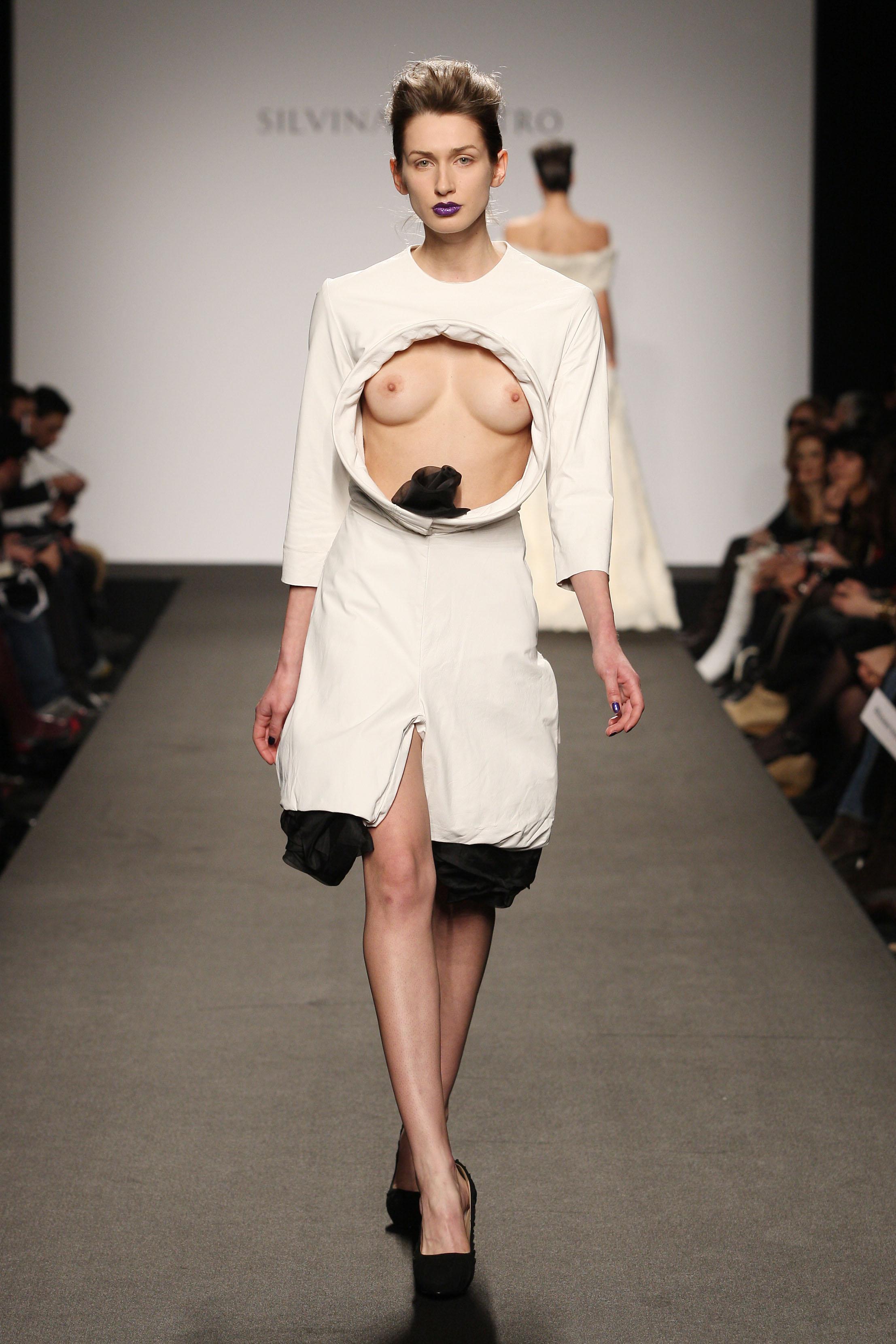 モデルの乳首やおっぱいがポロリのファッション …